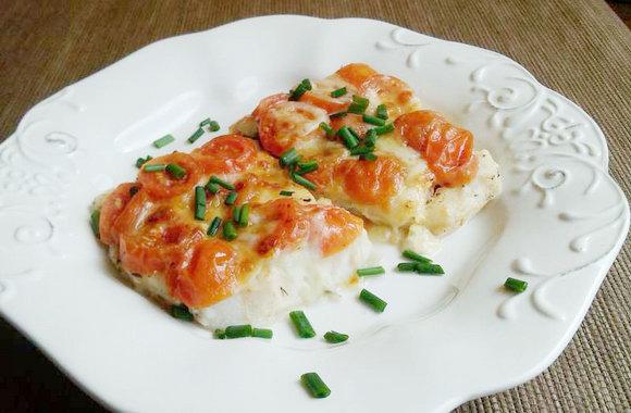 Треска запеченная с сыром и помидорами в духовке