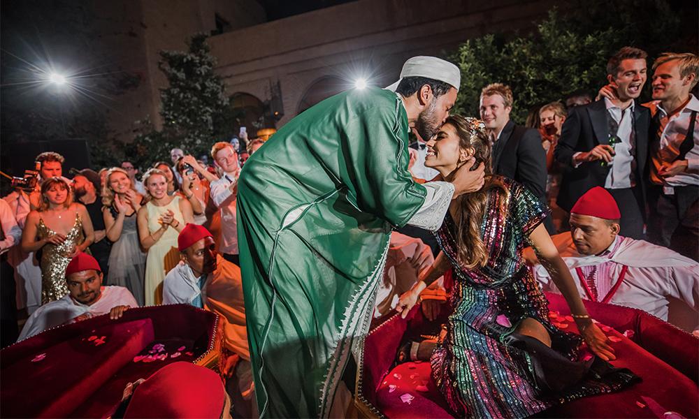 В завершение вечера, когда все гости переместились во внутренний двор ресторана, Инга и Нори незаметно исчезли, а затем эффектно появились сидя на марокканских тронах в сопровождении музыкантов. Специально для этого выхода Инга переоделась в платье из пайеток от Александра Терехова, а Нори — в традиционный марокканский костюм