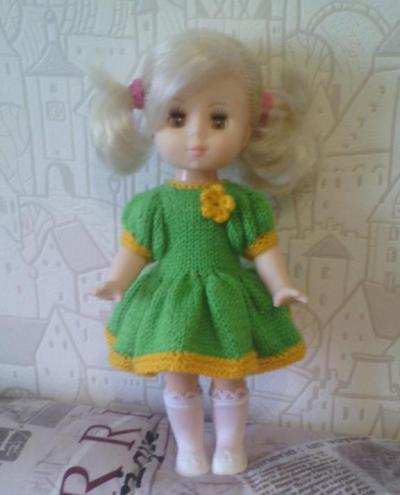 Вязаное платье на куклу спицами