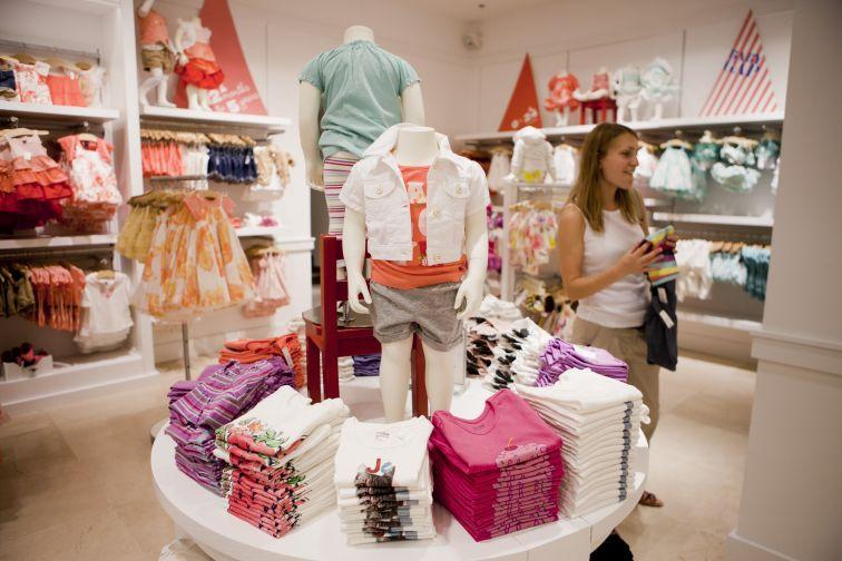 Интерьер детского магазина одежды в мягких пастельных тонах