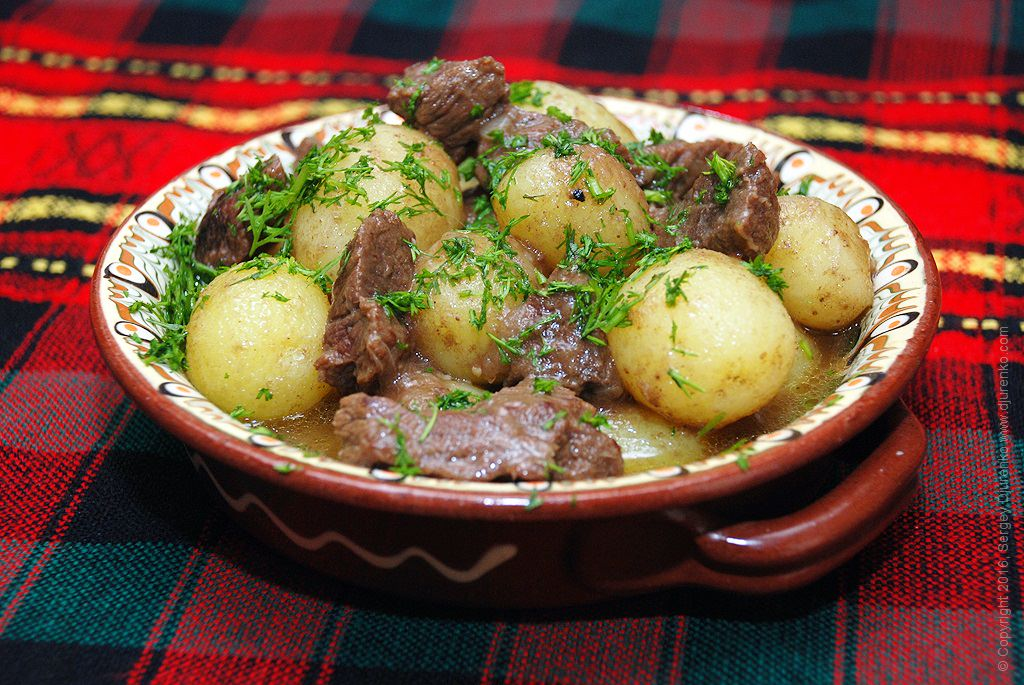 Как приготовить молодую картошку в духовке со сметаной