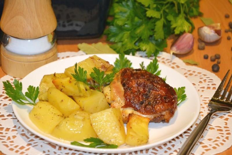 Куриное филе в сметане в духовке с картошкой