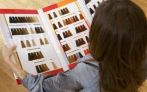 Девушка выбирает цвет краски для волос