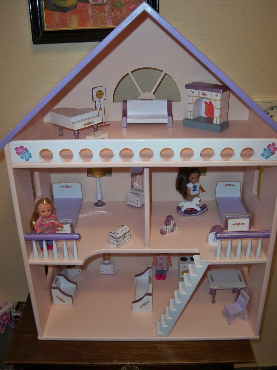 Красивый самодельный кукольный дом.