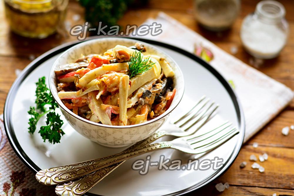 Салат с жареными яйцами и крабовыми палочками