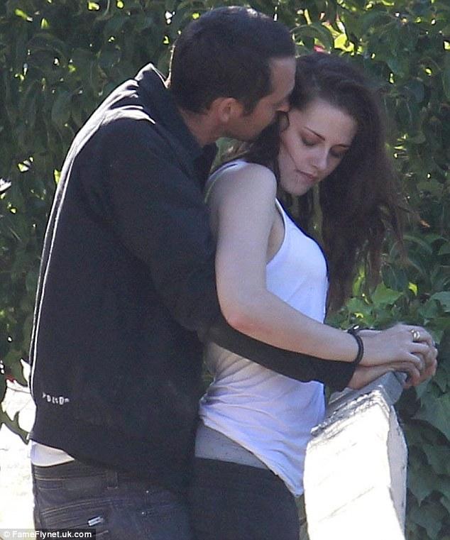 Жаль сага: Кристен Стюарт сметены ноги замужних режиссер Руперт Сандерс, как он обертывания обнял ее и прижимается шею в уединенном прекратить отключения в Лос-Анджелесе 17 июля