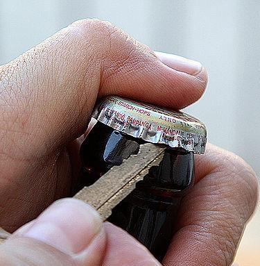 Как открыть пиво ключом