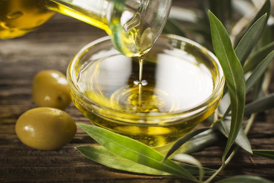 Консистенция оливкового масла помогает сделать скраб для очистки пор максимально щадящим