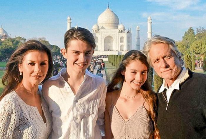 Актриса с мужем и детьми во время путешествия в Индию, 2017   Фото: 7days.ru