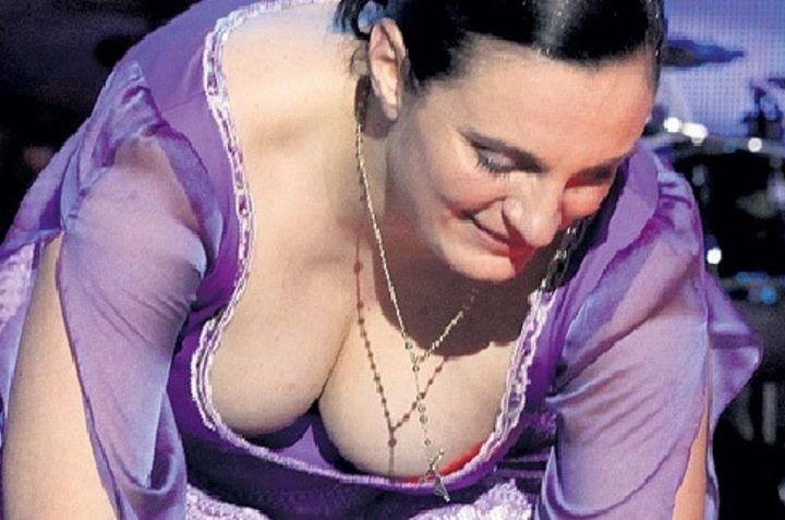 Елена Ваенга засветила голую грудь