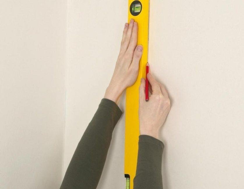 Клеить обои начинают со второй полосы, отступив 50 см от оконного или дверного проёма