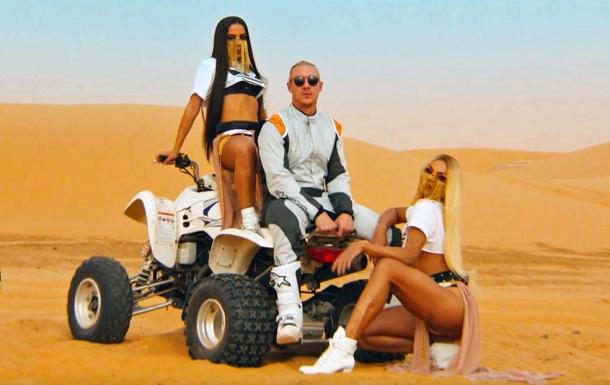 Зарубежный клип девушка в пустыне