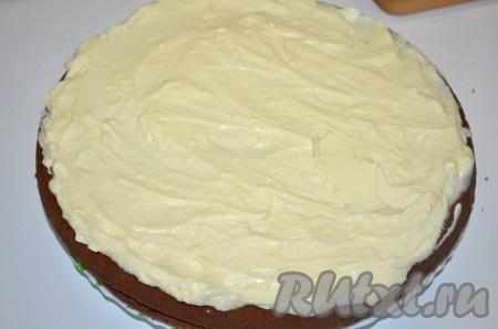 Накрываем вторым коржом. Оставшийся сливочно-сырный крем (в который не добавлялись персики) выкладываем сверху. Оставляем торт в прохладном месте для пропитки на 3 часа и более.