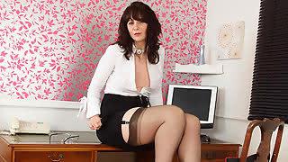 Толстожопая секретарша почувствовала, что ее сладкой киске не хватает мужской ласки