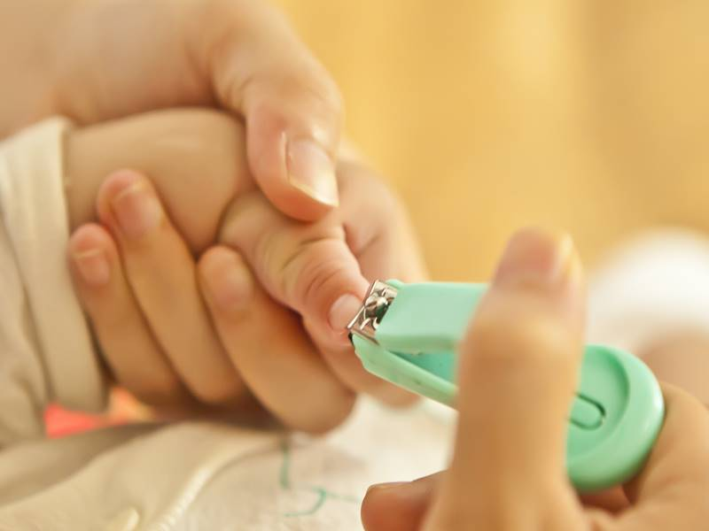 Newborn nails care
