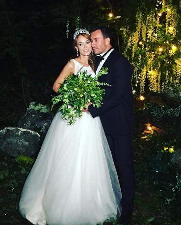 Анна Калашникова и Михаил Терехин заинтриговали поклонников совместным свадебным снимком, который экс-участник«Дома-2» опубликовал в своем Instagram