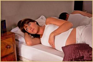 В какой позе спать беременной