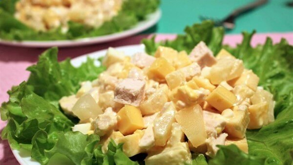 Салат курочка с ананасом