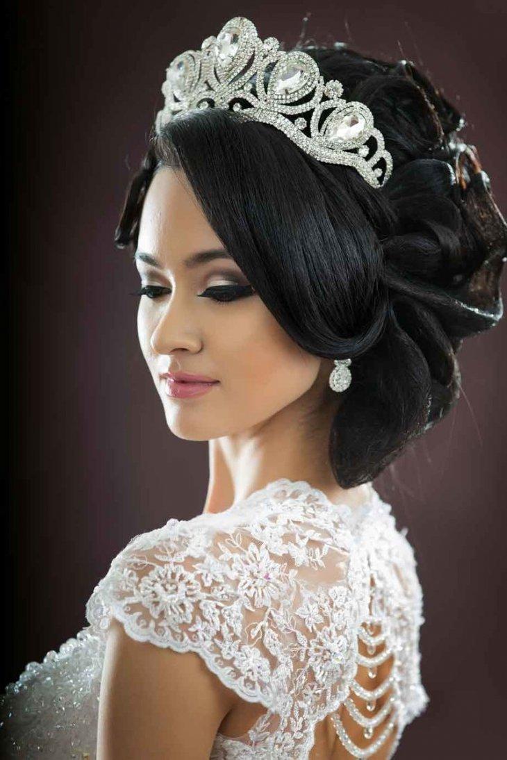 Свадебная прическа с диадемой на длинные волосы