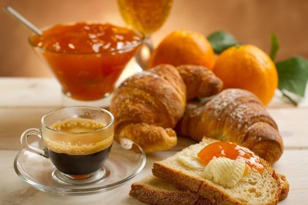 апельсиновый джем на хлебе