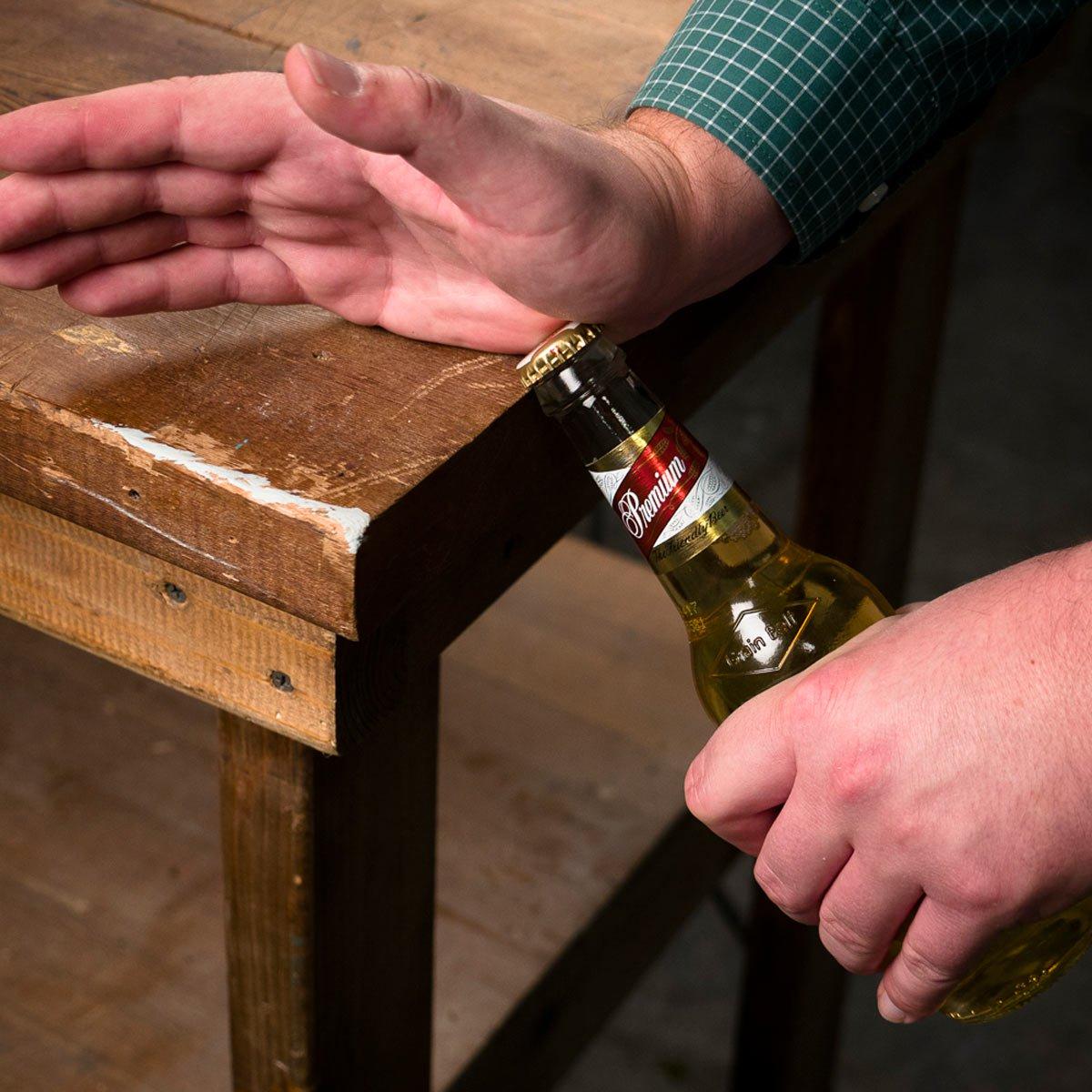 Открываем пиво о стол