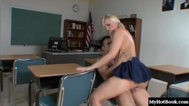 Трахают школьница