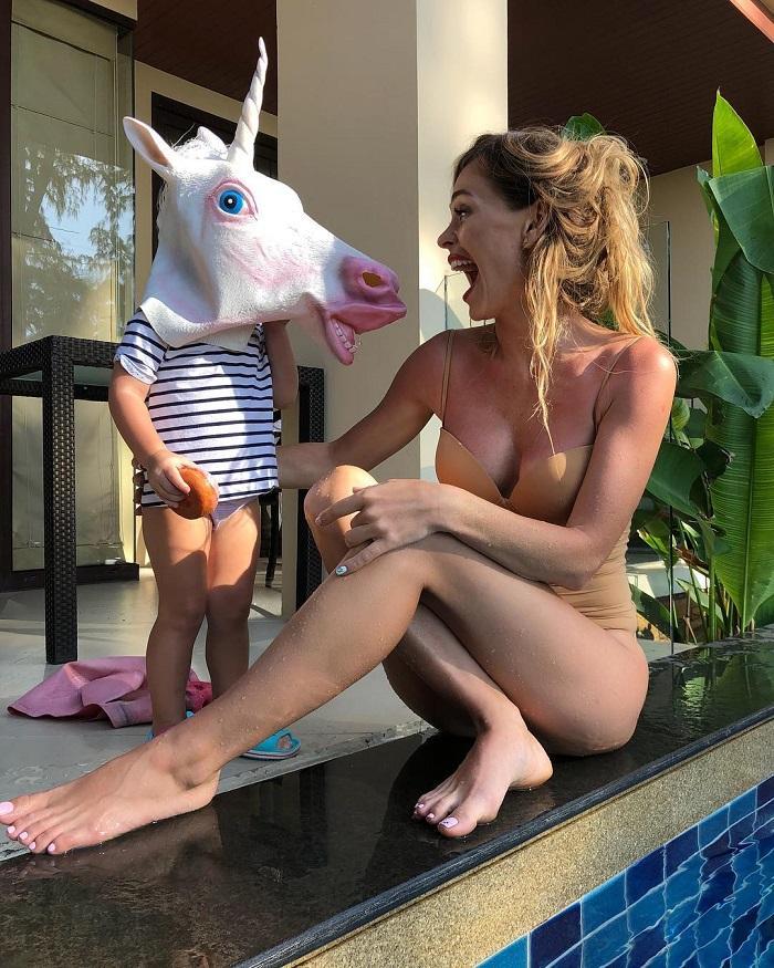 в телесном белье с ребенком у бассейна