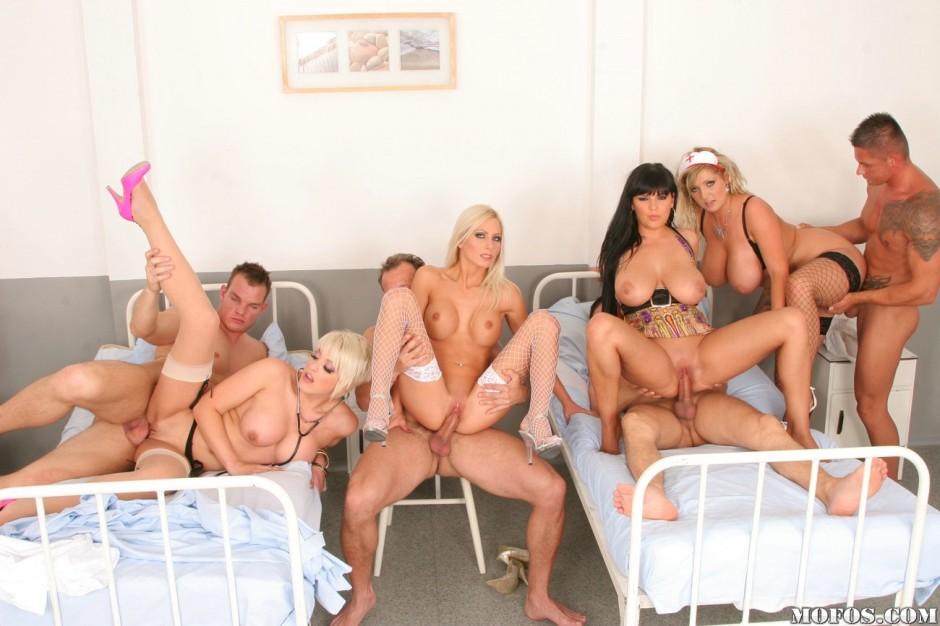 Порно с медсестрами групповуха