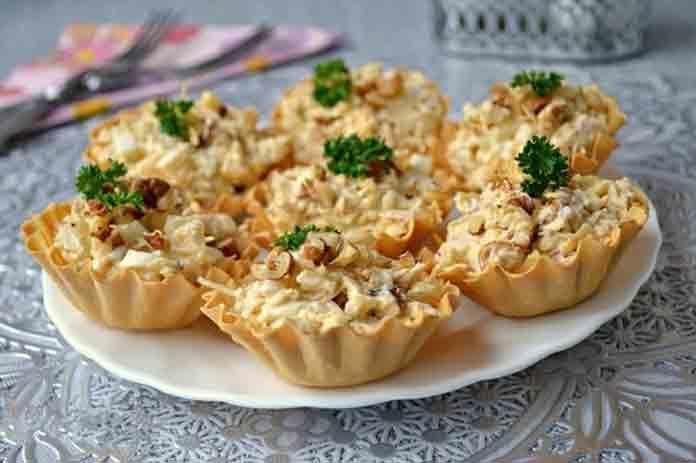 Салат в тарталетках из курицы с ананасами