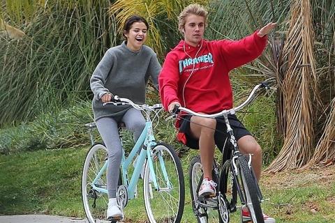 Счастливая Селена Гомес на велопрогулке с Джастином Бибером