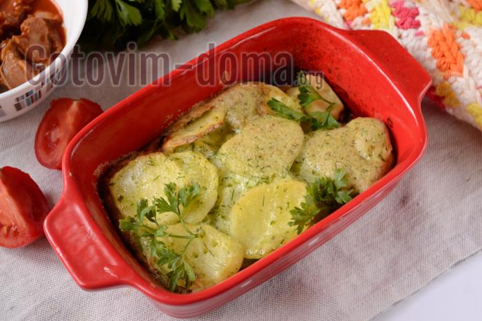 Запеченный картофель в сметане с чесноком