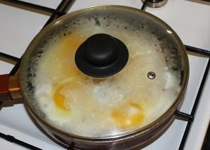 Яичница с сыром плавленным - фото шаг 5