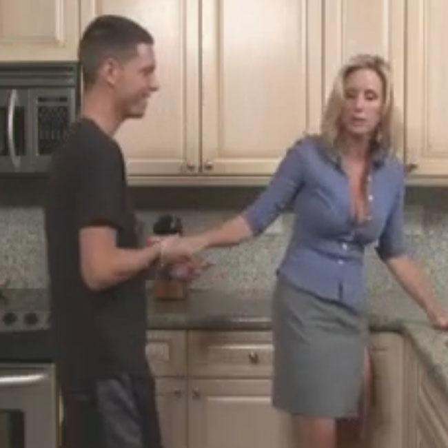 Сын пристает к маме на кухне порно