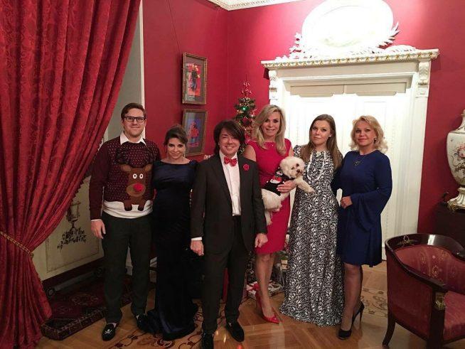 Валентин Юдашкин с семьёй в своём доме