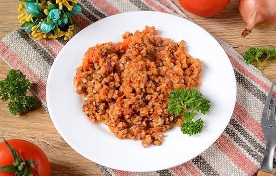 Гречка с помидорами и луком на сковороде