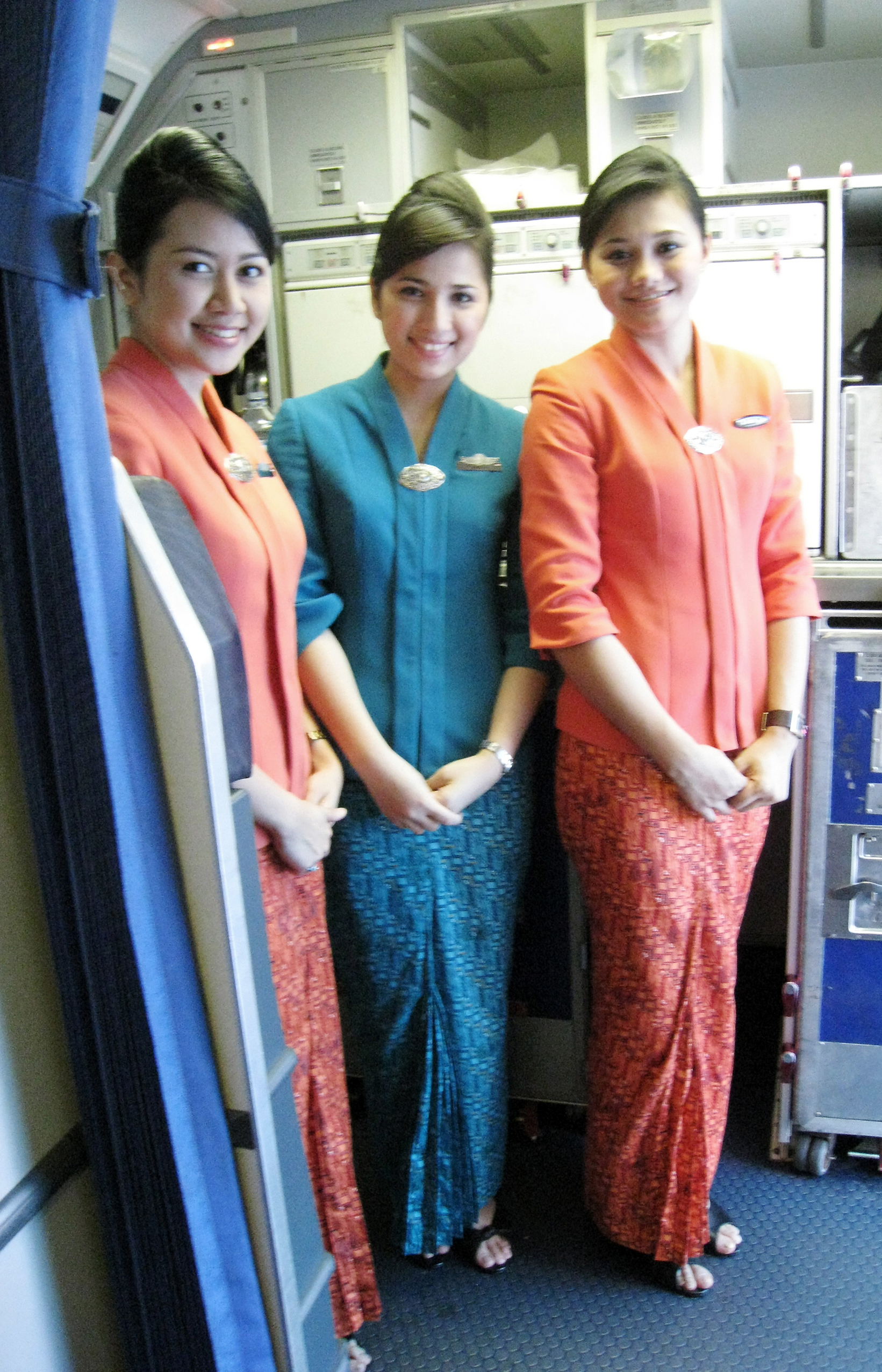 Description Garuda Indonesia Flight Attendants in Kebaya.jpg