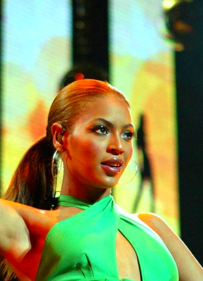 Beyonce Knowles sexy performs in green tight clothing