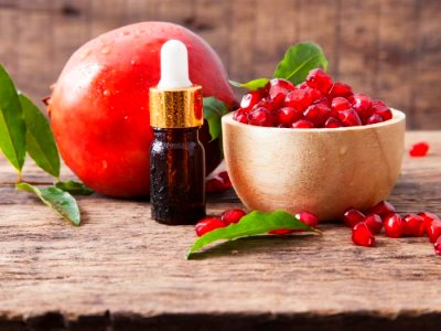 8 Incredible Benefits & Uses of Pomegranate Seed Oil ...