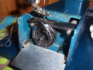 Верхняя нитка не захватывает нижнюю в швейной машинке