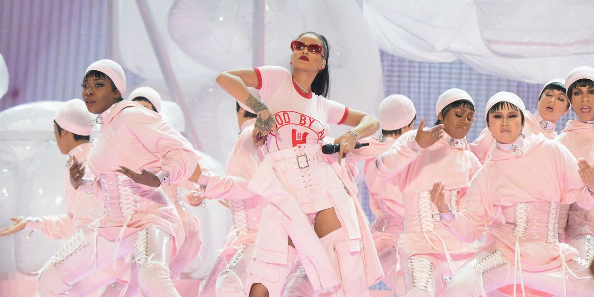 Who performed with rihanna at the vma