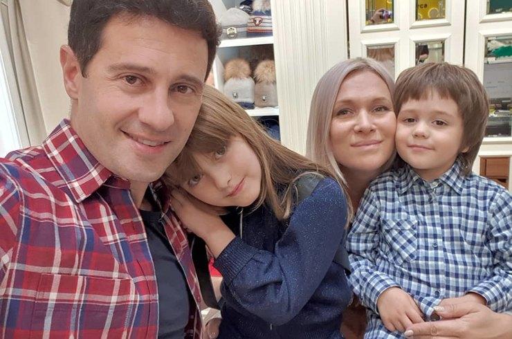 Виктория Макарская показала трогательное фото смужем иподросшими детьми