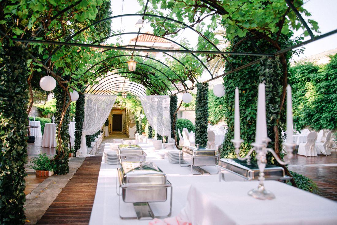 Bröllop i hotellträdgård