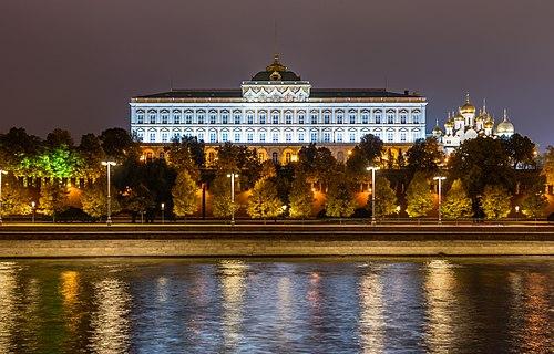 Ночной вид на Большой Кремлёвский дворец с противоположного берега Москвы-реки