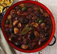 Говядина тушеная с маслинами и вином