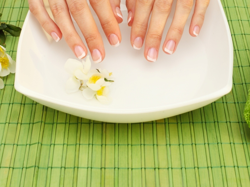 Ванночки с морской солью помогут не только укрепить ногти, но и ускорить их рост