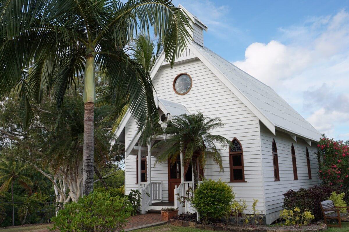 ハミルトン島の教会で誓う