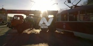 Авария на Минаева: столкнулись трамвай и автокран