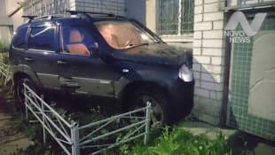 В Ульяновске трое мужчин на «Ниве» ночью врезались в балкон жилого дома