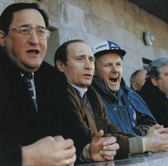 Владимир Путин и Анатолий Собчак во время матча футбольного клуба «Зенит», 1990-е. история, смотреть, фото