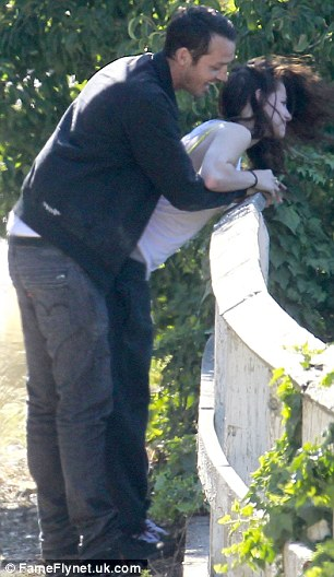 Ласковая: пара заниматься в игровой схватки с побил Сандерс не в состоянии удержать его руки от ее